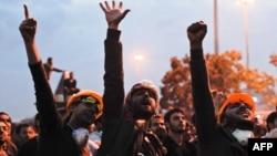 Наразылық танытушылар үкіметке қарсы шерулер кезінде ұрандап тұр. Стамбул, 5 маусым 2013 жыл.