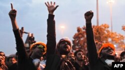 Протестующие выкрикивают лозунги во время антиправительственных демонстраций. Стамбул, 5 июня 2013 года.