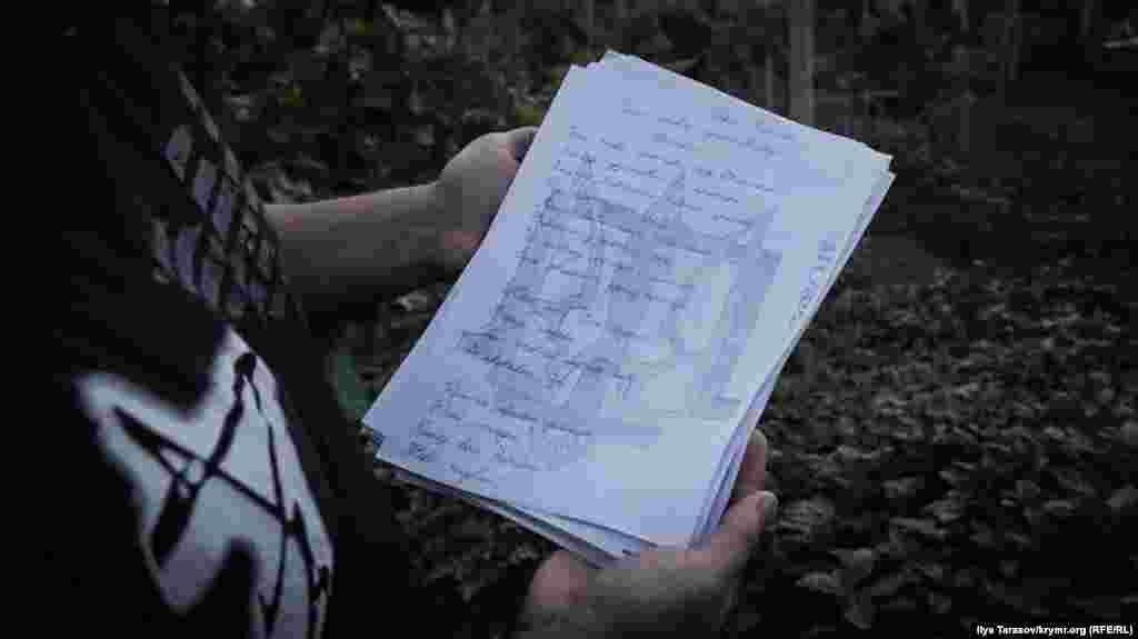 Стихотворение украинского поэта Павла Тычины, написанное от руки на фоне герба и тамги. Исмаил признается, что в школе очень любил уроки украинской литературы. А свой университетский диплом защищал на украинском языке, чем очень удивил преподавателей