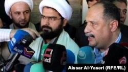 السفير المصري في العراق شريف شاهين (يمين) يتحدث في مؤتمر صحفي بالنجف مع الشيخ علي، نجل المرجع الشيخ بشير النجفي.
