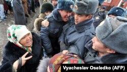 Ташиевдин тарапкерлери Биринчи май райондук сотунун алдында, 25-январь, 2013-жыл