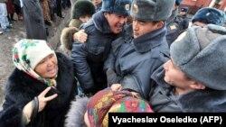 Камактагы депутаттардын тарапкерлеринин акциясынан бир көрүнүш. Бишкек, 25-январь, 2013.