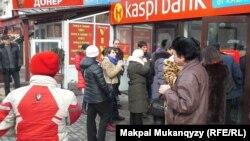 Банктен ақшаларын алу үшін кезекке тұрған адамдар. Алматы, 20 қаңтар 2014 жыл.