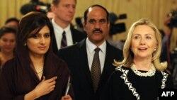 ABŞ-nyň Döwlet sekretary Hillari Klinton bilen Pakistanyň daşary işler ministri Hina Rabbani Khar Yslamabatda, 2011-nji ýylyň 21-nji oktýabry.