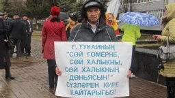 Tatarstan -- Fahim Valiev, Tatar activist, with Placard in Support of Tatar language