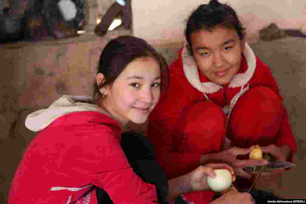 Дочери младшего сына аксакала помогают взрослым по хозяйству, готовят обед.