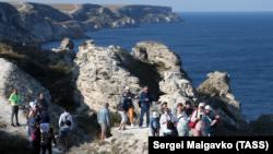 Туристи на мисі Тарханкут у Чорноморському районі Криму, серпень 2021 року