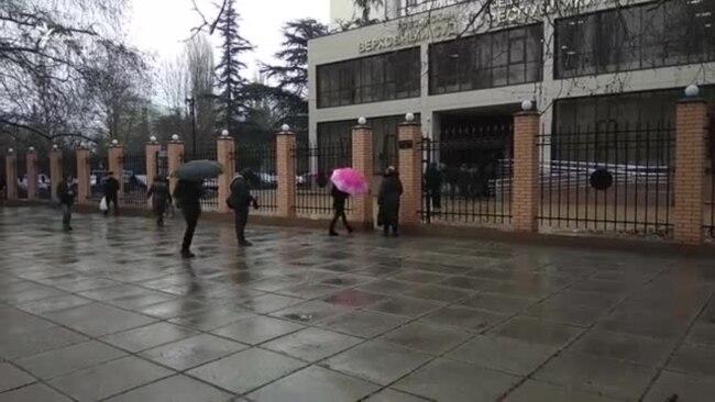 Олега Зубкова пришли поддержать под зданием суда больше ста человек (видео)