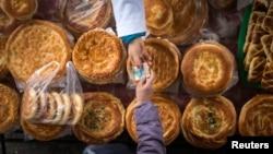 Покупатель передает деньги продавцу на рынке Алматы. Иллюстративное фото.