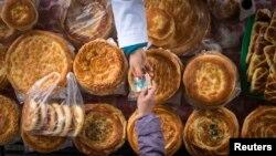 Gazagystanda çörek satylyşy. Illýustrasiýa suraty.