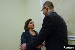 Victoria Nuland şi unul din liderii opoziţiei Arseni Iaţeniuk