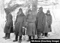 Поранені та змерзлі червоноармійці після захоплення у полон у лютому 1940 року
