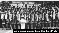 """Corul Căminului cultural Hangu, dirijor Teoctist Galinescu, Cântarea României, 1979 – fotografie din colecția Fundației Culturale """"Gavriil Galinescu"""". Sursa: comunismulinromania.ro (MNIR)"""