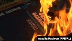"""""""Daş yuxular""""ın çapından sonra Ə.Əylislinin Gəncədə yandırılan kitabı, yanvar, 2013"""