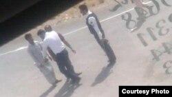 تصویری از ویدیوی برخورد مامور نیروی انتظامی با تبعه افغان