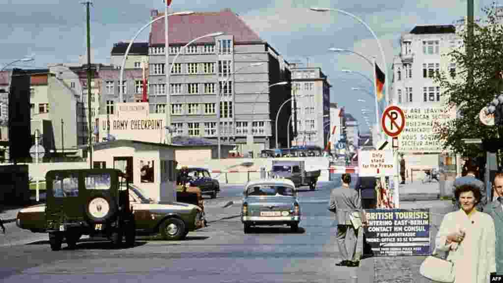 «Чекпойнт Чарли»– граница между Восточрным и Западным Берлином, лето 1968 года