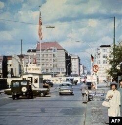 """""""Чекпойнт Чарли"""" со стороны Западного Берлина, лето 1968 года."""