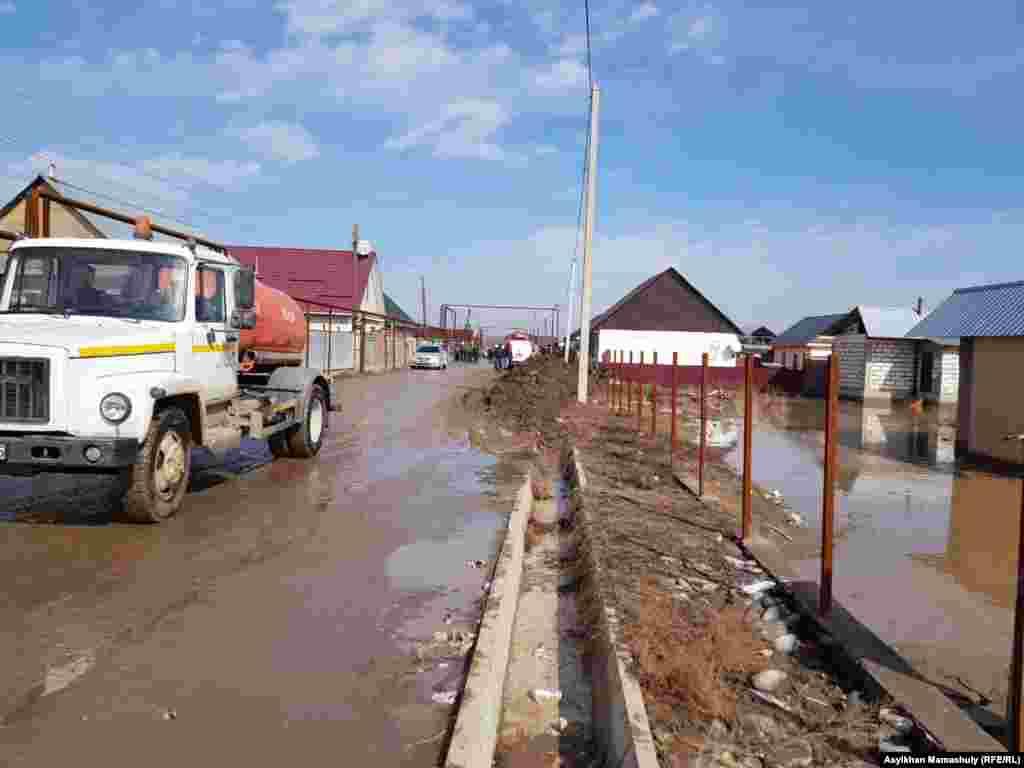 Техника, откачивающая воду с улиц поселка.
