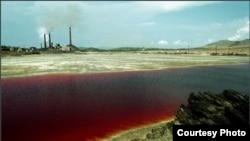 Один из водоёмов города Карабаш окрасился в уникальный рубиновый цвет