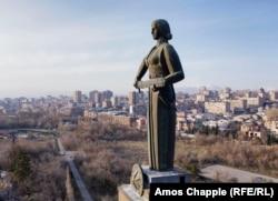 "Monumen Bunda Armenia difoto pada Maret 2021. Haratyunyan mengatakan dia ingin Bunda Armenia mewakili ""kekuatan, kepahlawanan dan kemenangan."" Pedang perang tidak diangkat sebagai ancaman, tetapi dipersiapkan jika diperlukan."