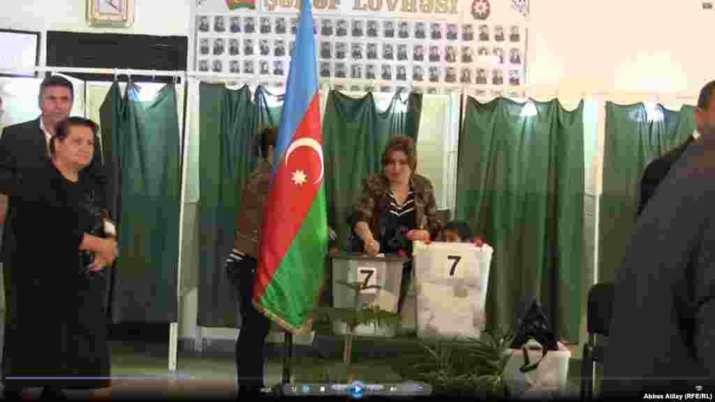 Füzuli rayon qeydiyyatında olan bir seçici səs verərkən.