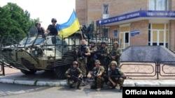 Українські військові в Мар'їнці після відбиття нападу бойовиків на початку червня