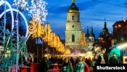 Так виглядала Софіїська площа в Києві у різдвяно-новорічний період торік. Цього року столична влада декларувала намір уникати скупчення людей в одному місці