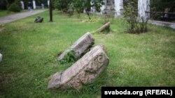 Надмагільныя пліты ўдвары касьцёлу Сьвятога Роха