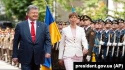 Президент України Петро Порошенко (ліворуч) зустрівся з президентом Естонії Керсті Кальюлайд у Києві