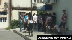 Очередь у банкомата в Ашхабаде (архивное фото)