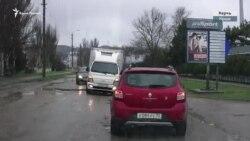 В Керчи водители объезжают ямы на дорогах по встречной полосе (видео)