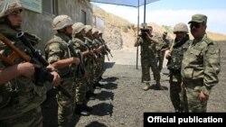 Ադրբեջանի պաշտպանության նախարար Զաքիր Հասանովը շփման գծի մոտակայքում տեղակայված զորամասերից մեկում, արխիվ