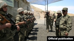 Ադրբեջանի պաշտպանության նախարար Զաքիր Հասանովը շփման գծի մոտակայքում տեղակայված զորամասում, արխիվ