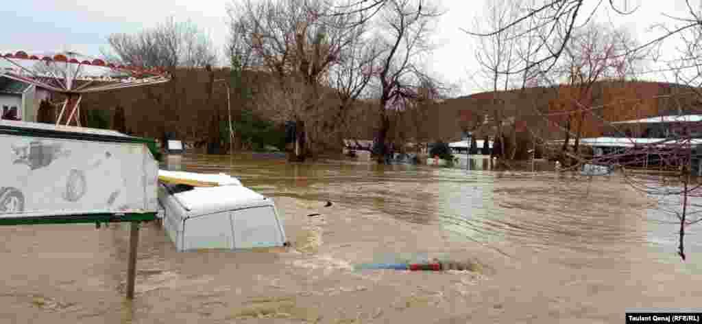 Qeveria në detyrë e Kosovës ka thënë se për të ndihmuar qytetarët pas vërshimeve, në gjendje gatishmërie janë Agjencia për Menaxhimin e Emergjencave dhe Forca e Sigurisë së Kosovës. Misioni i NATO-s në Kosovë, KFOR-i po ashtu ka shprehur gatishmërinë për të ndihmuar. Foto e bërë në fshatin Volljakë të Klinës.
