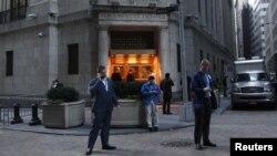 Нью-Йорк қор биржасы алдындағы адамдар. 31 қазан 2012 жыл. (Көрнекі сурет)