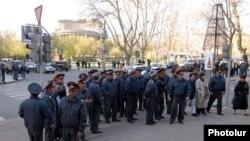 Police block Yerevan's Northern Avenue on April 14, 2009.