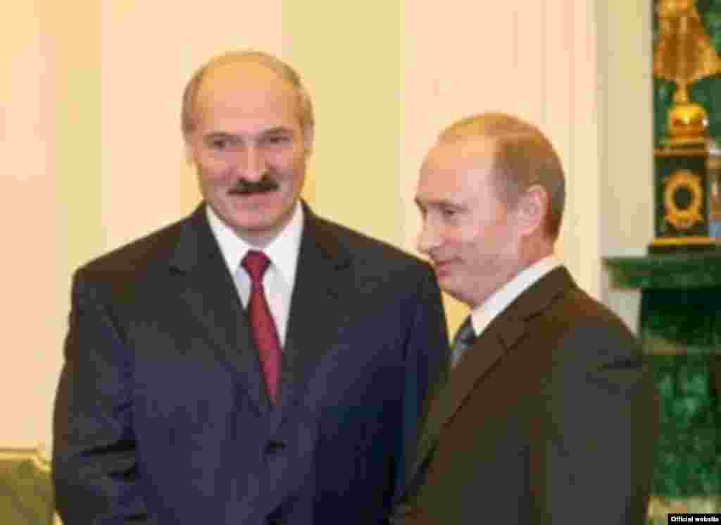 Russia -- Vladimir Putin (R) with Alyaksandr Lukashenka in Moscow, 10Nov2006