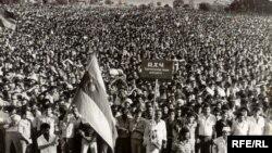Meydanda Azərbaycanın SSRİ-dən ayrılıb müstəqil dövlət qurmaq çağırışları eşidilirdi