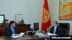 ПрезидентАлмазбек Атамбаев менен Кадр кызматынын башчысы Сооронбай Жээнбеков.