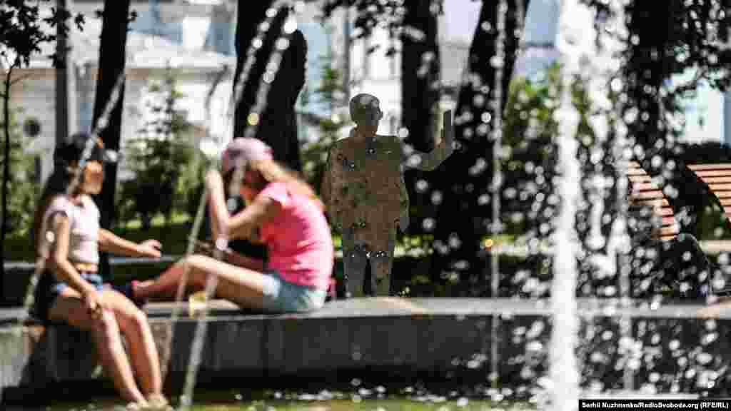 Автор проекта Олесь Кромпляс – документалист и доброволец, принимал участие в операции по освобождению Мариуполя, совмещал обязанности солдата и фотожурналиста. Подборка состоит из двух десятков фотографий, иллюстрирующих боевой путь автора и его соратников из батальона «Азов» с июня по сентябрь 2014 года – от освобождения Мариуполя к боям за Иловайск и подписания Минских соглашений.
