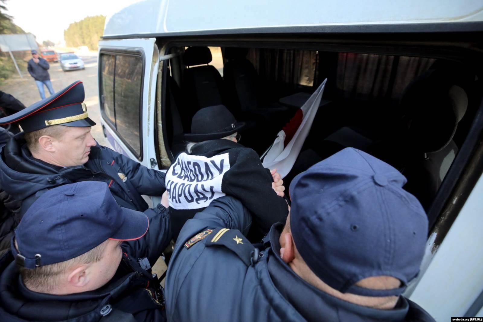 Задержание Нины Багинской в Куропатах 5 апреля 2019 года. Фото: svaboda.org (RFE/RL)