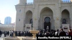 Во дворе мечети Таза Пир в Баку