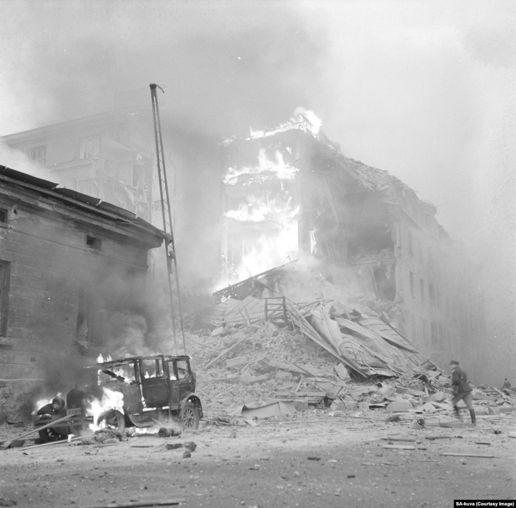 Знищені будівлі та палаюче авто в Гельсінкі після повітряного нальоту в перший день «Зимової війни»