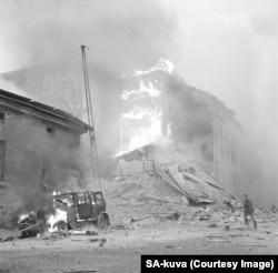 În prima zi a Războiului Iernii, clădiri și mașini ardeau după raidurile aeriene ale URSS