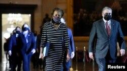 Американски конгресмени го носат документот за импичмент на поранешниот претседател Доналд Трамп во Сенатот
