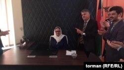 محمدحسن حسین باشنده دیگر ناحیه پانزدهم شهر کابل میگوید که آمنه مایار با مردم نیز برخورد مناسبی دارد.