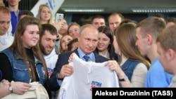 Владимир Путин во время общения с волонтерами своего предвыборного штаба в Гостином дворе. Москва, 10 января 2018 года