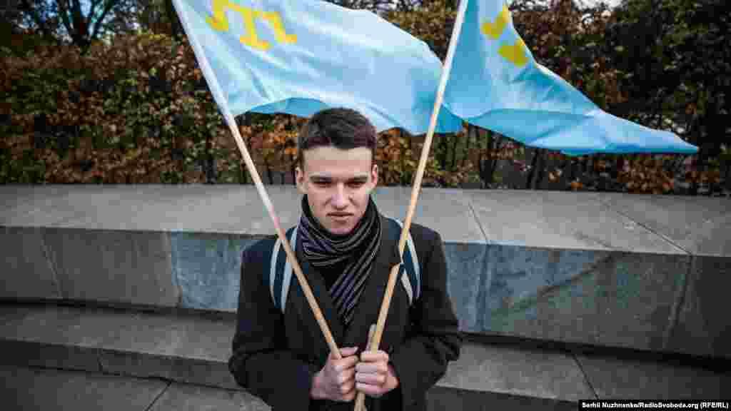 У Києві 25 жовтня в Парку Вічної Слави відбулася церемонія покладання квітів до пам'ятника двічі Герою Радянського Союзу, льотчику-випробувачу, активному учаснику кримськотатарського національного руху Амет-Хану Султану