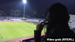 Qëndresa Krelani duke komentuar një ndeshje futbolli.