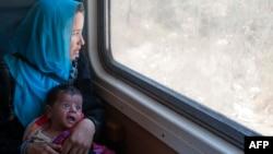 مادر و کودک پناهجو در مرز یونان و مقدونیه